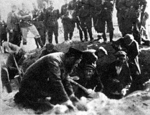 יהודים כורים קבר לפני הרצחם